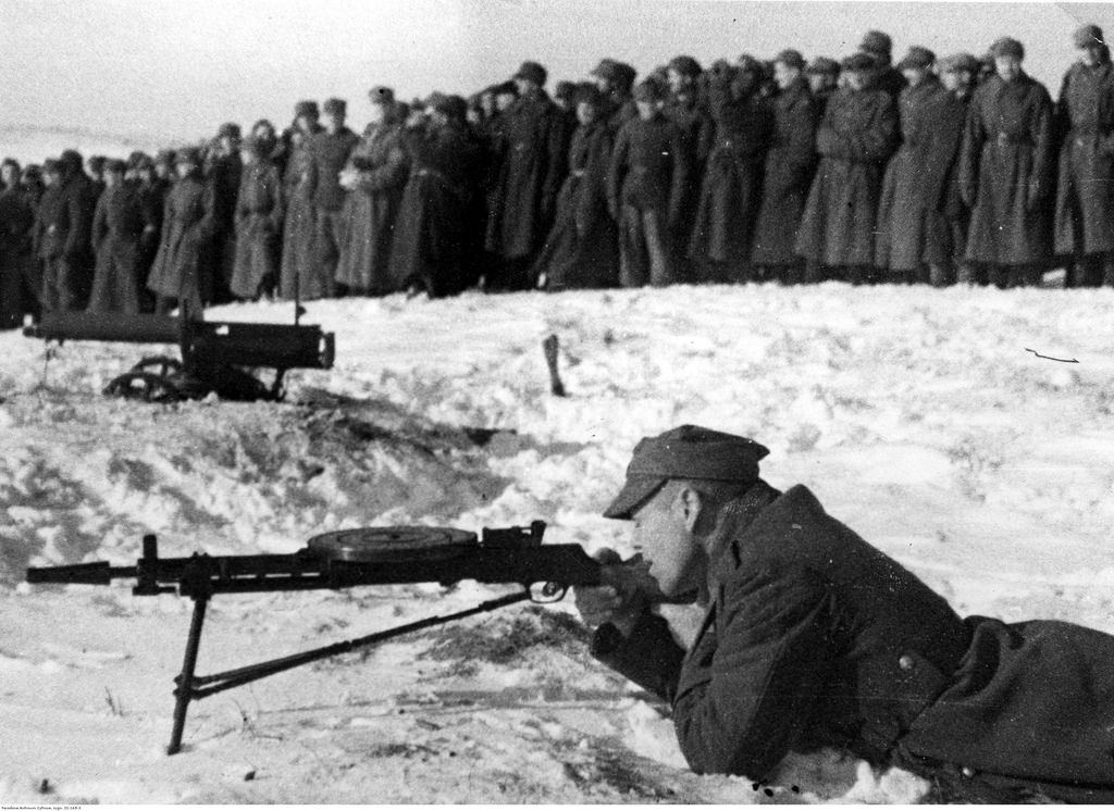 1942. Учения польской армии в СССР. Стрельба из пулемета с реверсивным пламегасителем