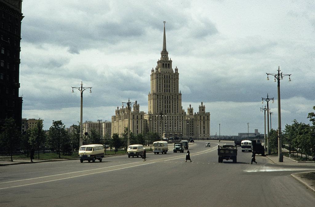 Уличная сцена перед гостиницей «Украина»
