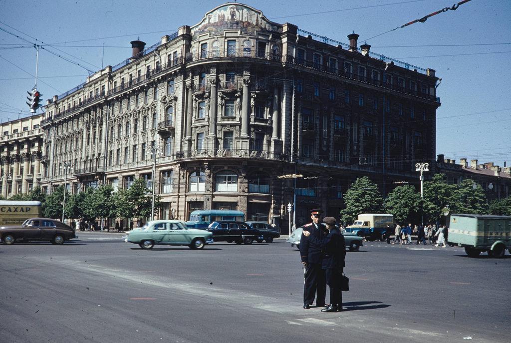 Уличная сцена перед гостиницей Националь
