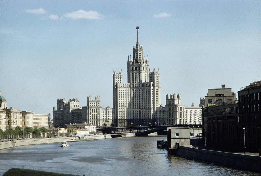 Котельническая набережная и Москва-река