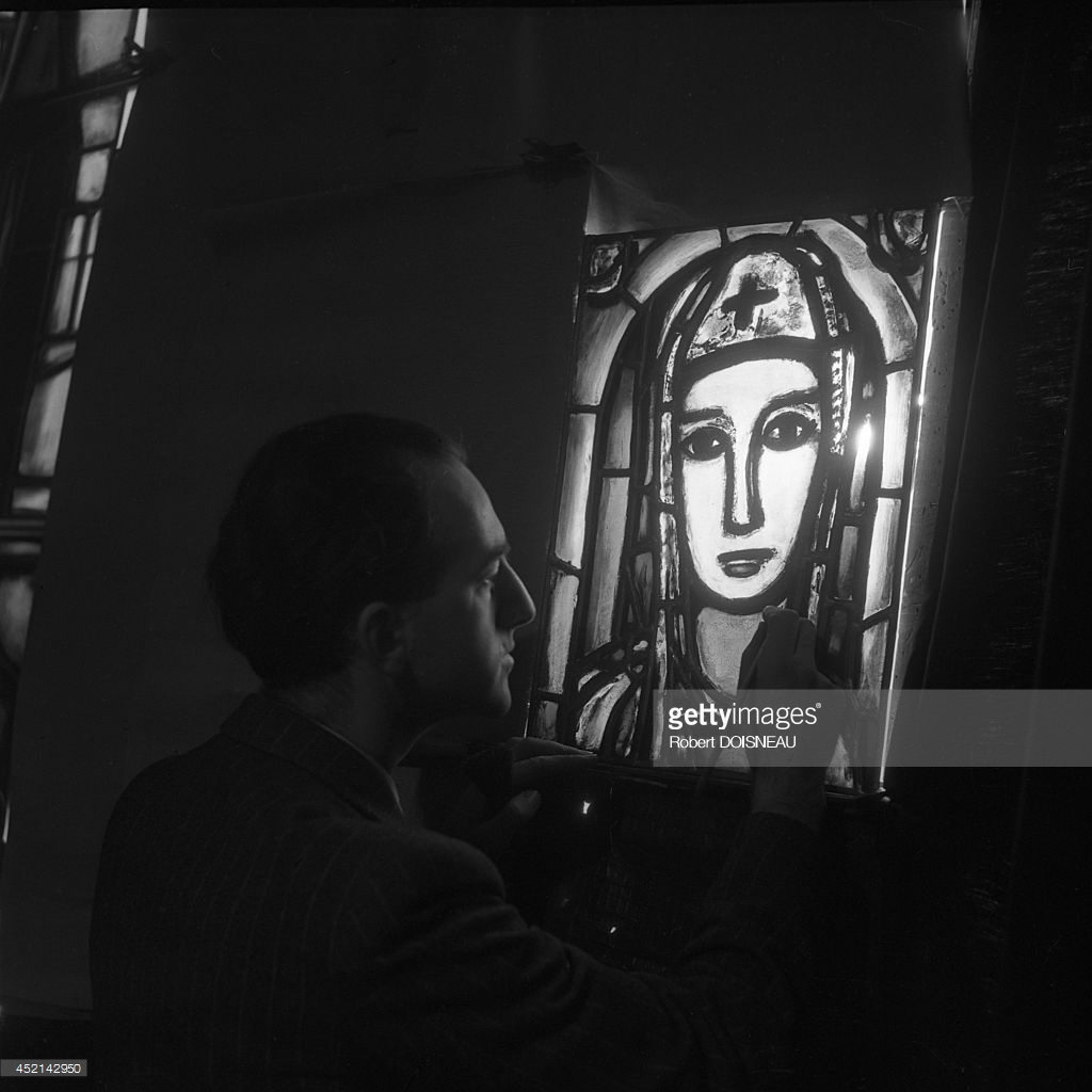1946. Мастер-витражист Поль Бони, работающий в мастерской Жоржа Руо для Нотр-Дам Плато д'Аси, за ним вы можете увидеть витраж Жоржа Руо «Святая Варвара»