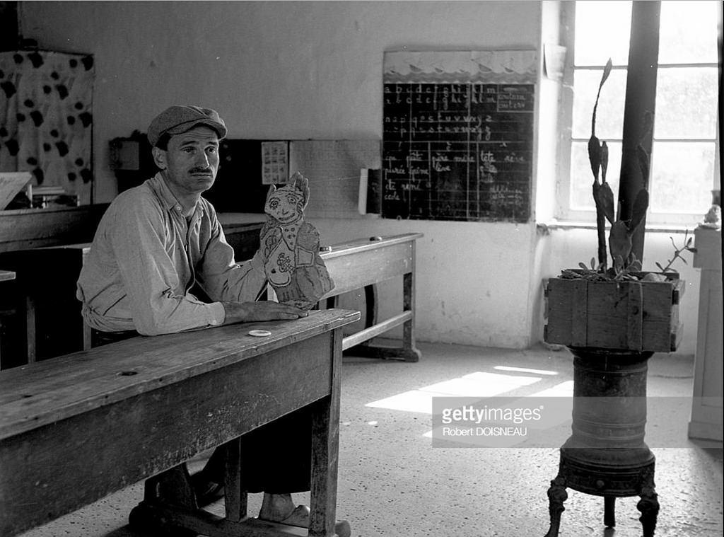 1952. Гастон Чайссак, художник и скульптор в своем доме в Сент-Флоренс-л'Ое