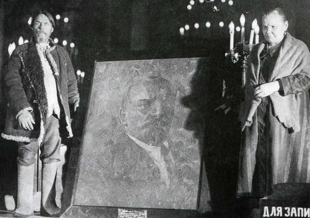 1927. Представители табачных фабрик передают портрет В.И. Ленина, выполненный из различных сортов табака, в качестве подарка XVI Московской губернской партийной конференции. г. Москва