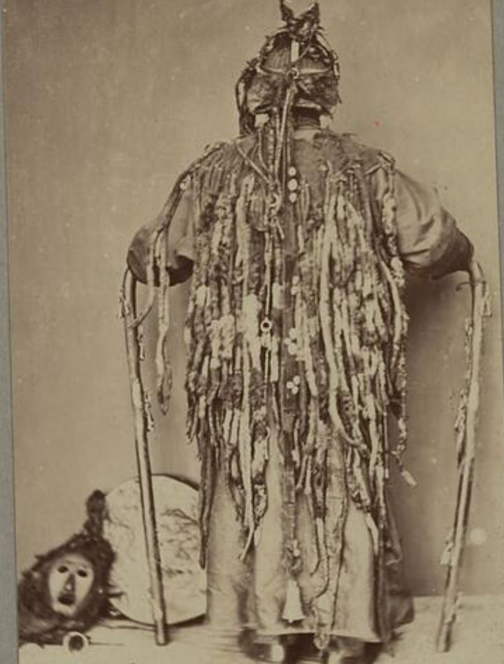 Бурятский шаман. Вид сзади