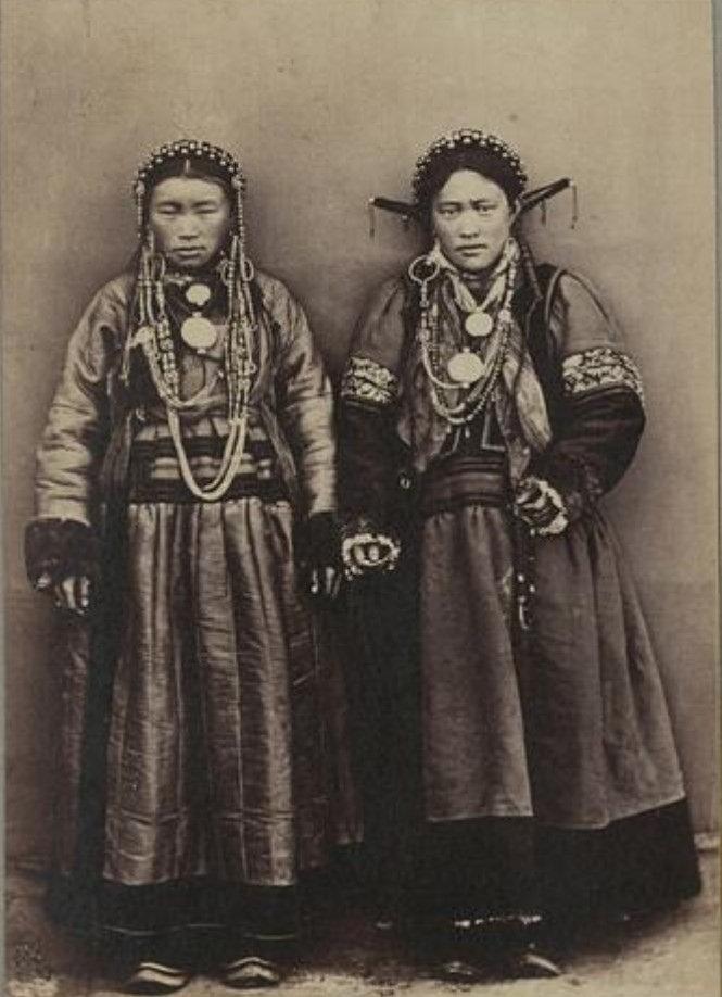Молодые бурятские девушки.