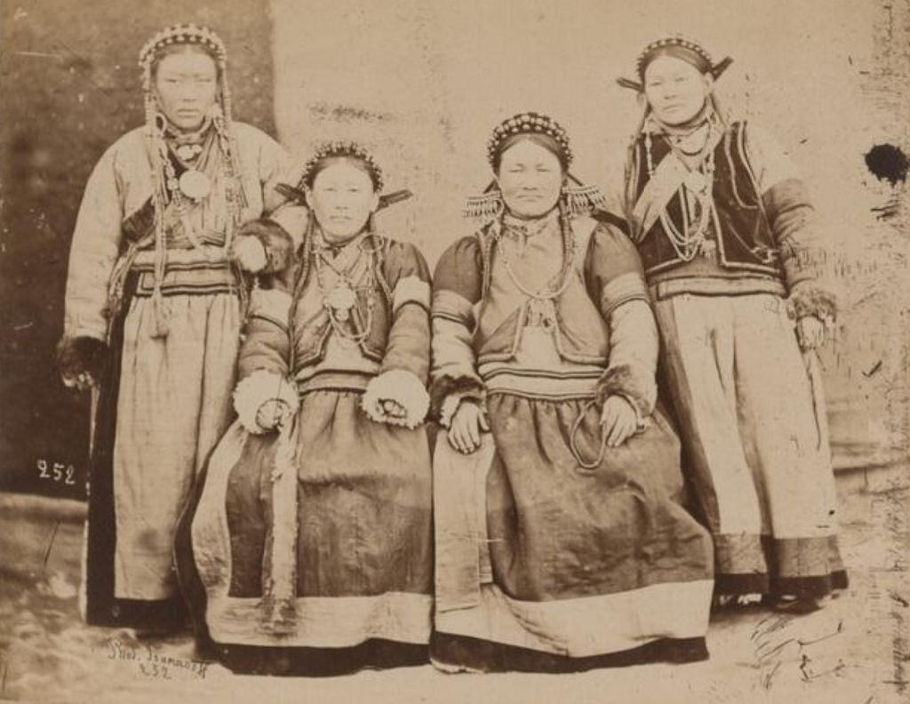 Три бурятские женщины и девушка