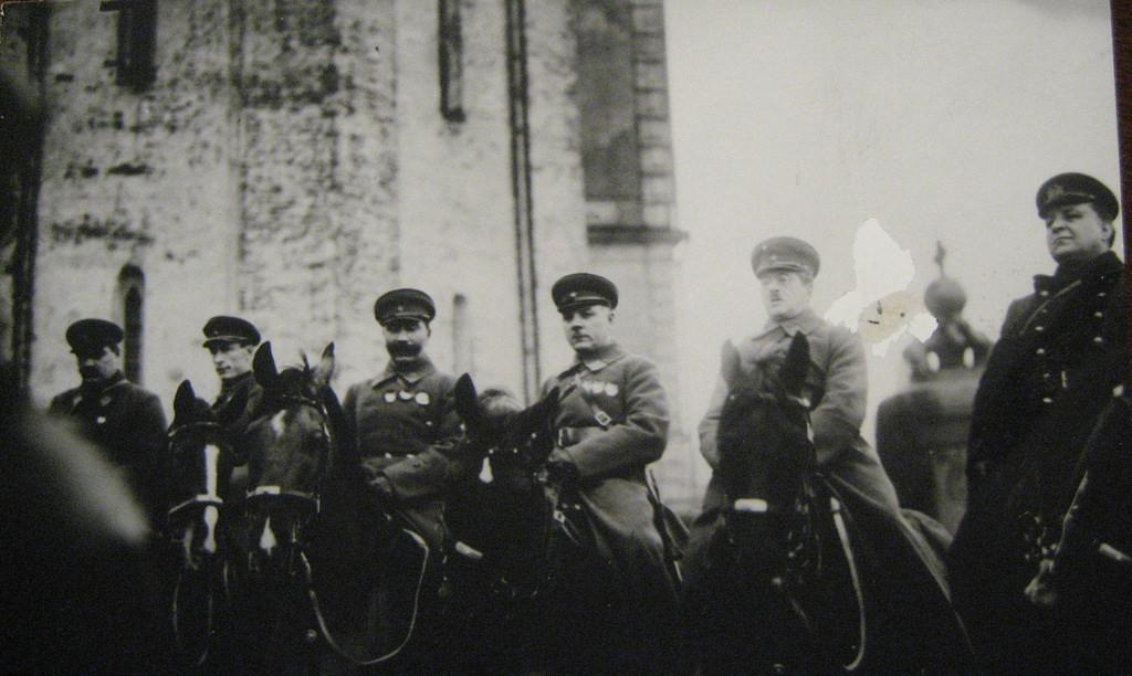 1927.  Военачальники Красной Армии (в центре) Будённый, Ворошилов, Уншлихт и др. 1 мая