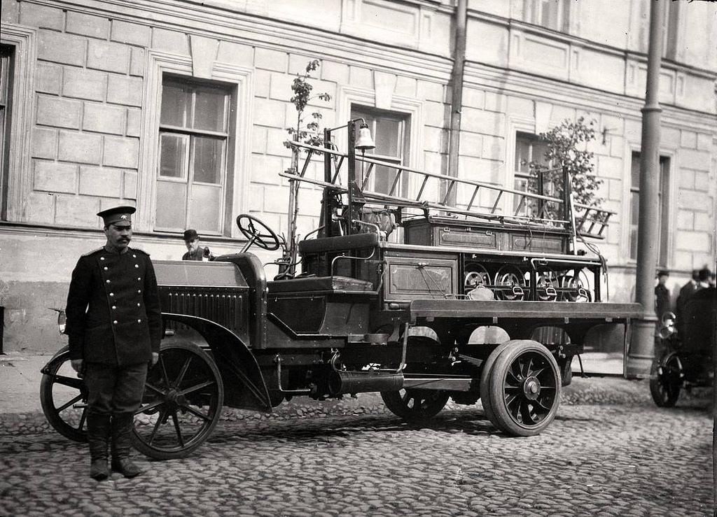 Пожарный автомобиль на Неглинной улице. 1914