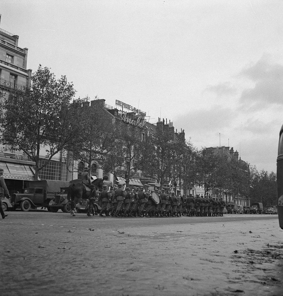 Ежедневный парад от площади Звезды и до Елисейских полей