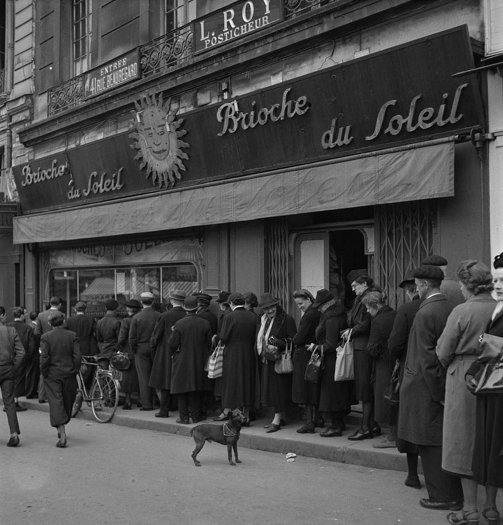 Знаменитый кондитерский магазин на Рю Де Ла Луна раздаёт бесплатно свои пирожные, сделанные из эрзац-муки