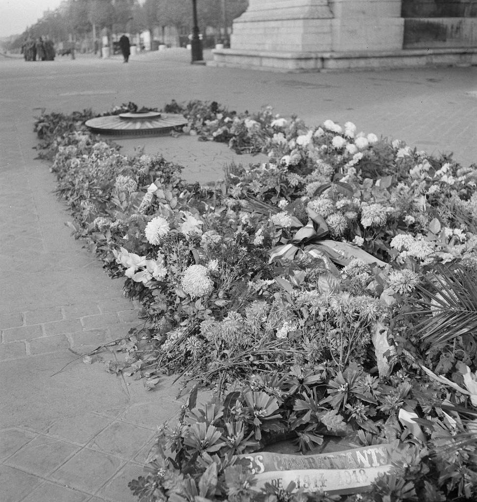 Могила Неизвестного солдата и цветы на ней