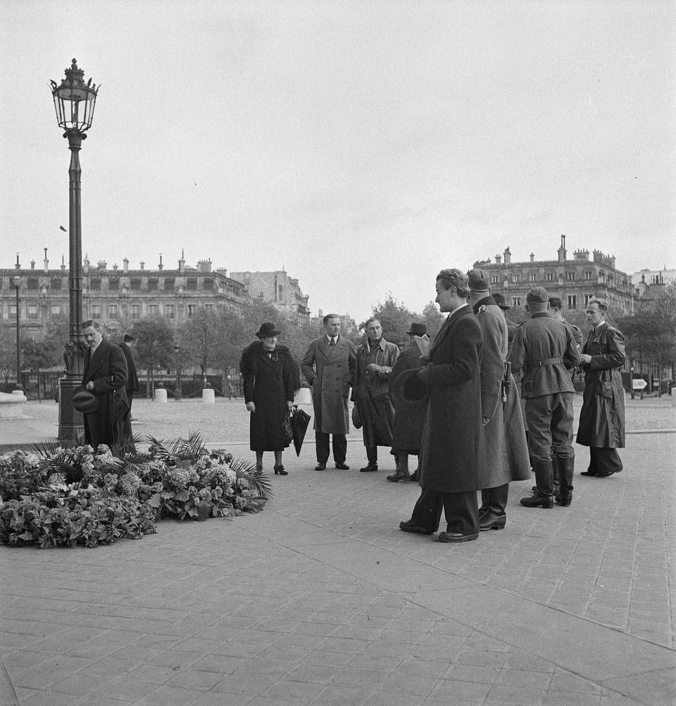 У могилы Неизвестного солдата. 1 ноября 1940