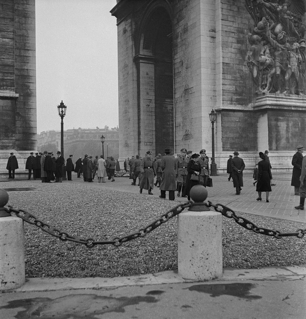 Немецкие солдаты и офицеры у могилы Неизвестного солдата