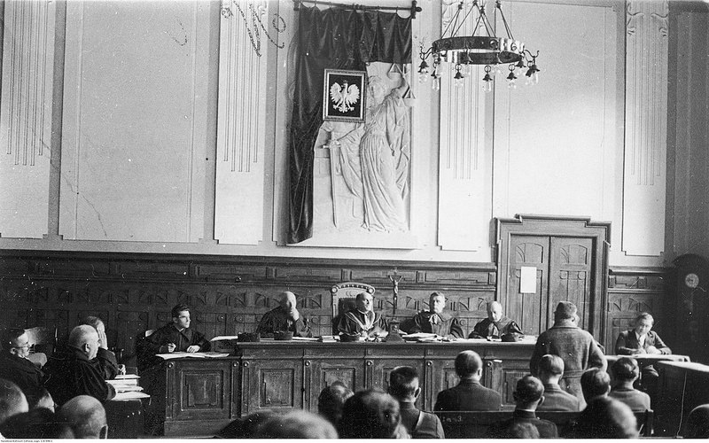 Председатель суда Станислав Вондрауш (сидит на стуле с высокой спинкой)Вид зала суда во время слушания. Виден пре
