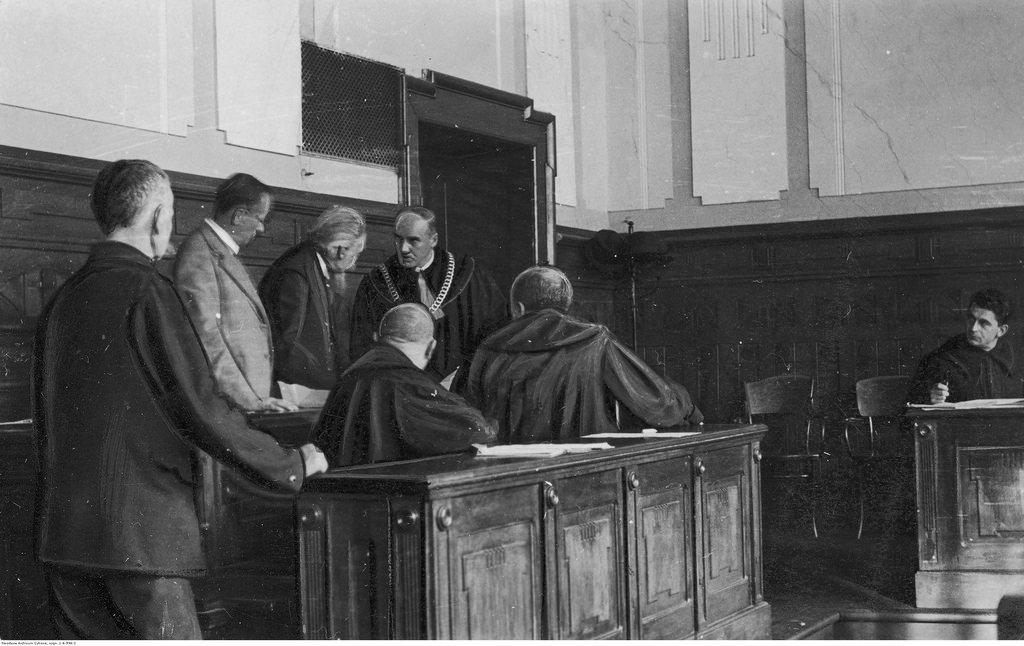 Председатель судейской коллегии Станислав Вондрауш беседует с представителями Института судебной экспертизы в Варшаве