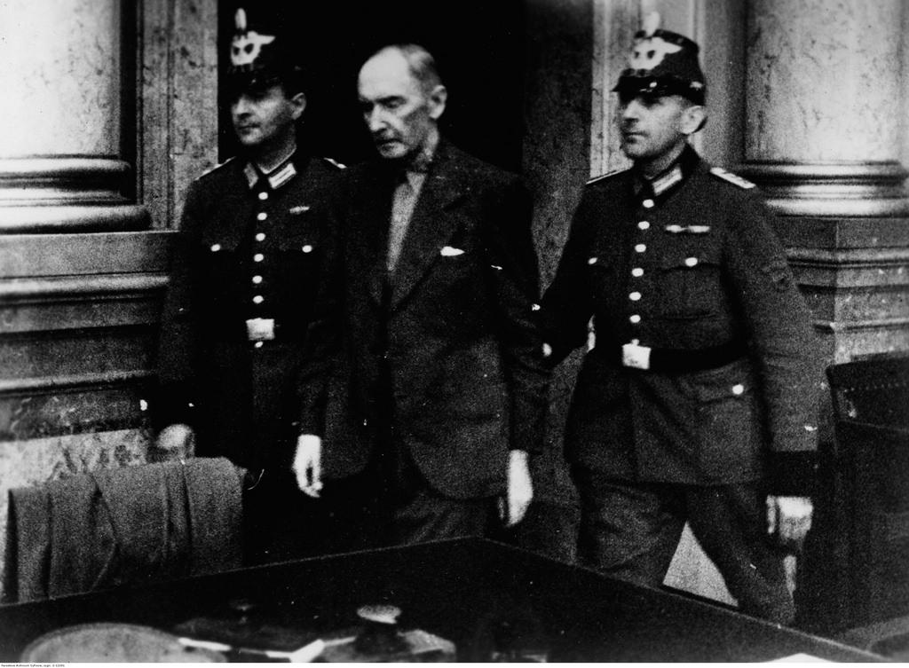 Обвиняемый Эрвин фон Витцлебен вошел в зал суда