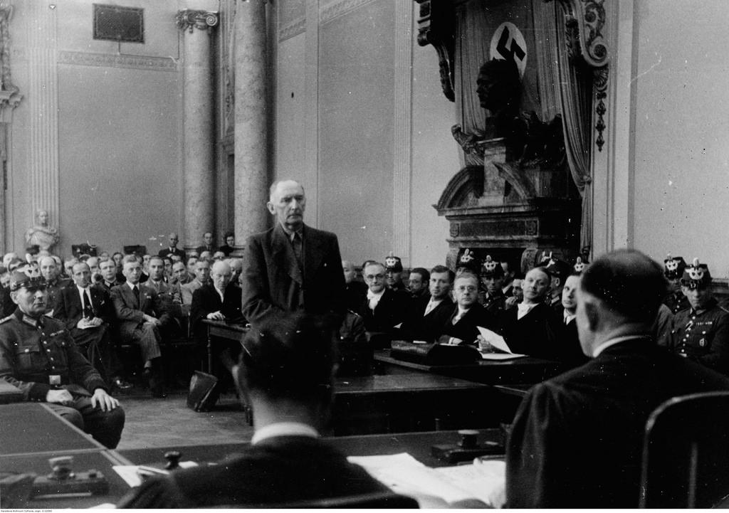 Обвиняемый Эрвин фон Вицлебен выступает в суде