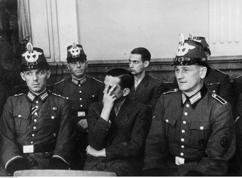 Гельмут Штайф (в первом ряду) и Фридрих Карл Клаузинг на скамье подсудимых