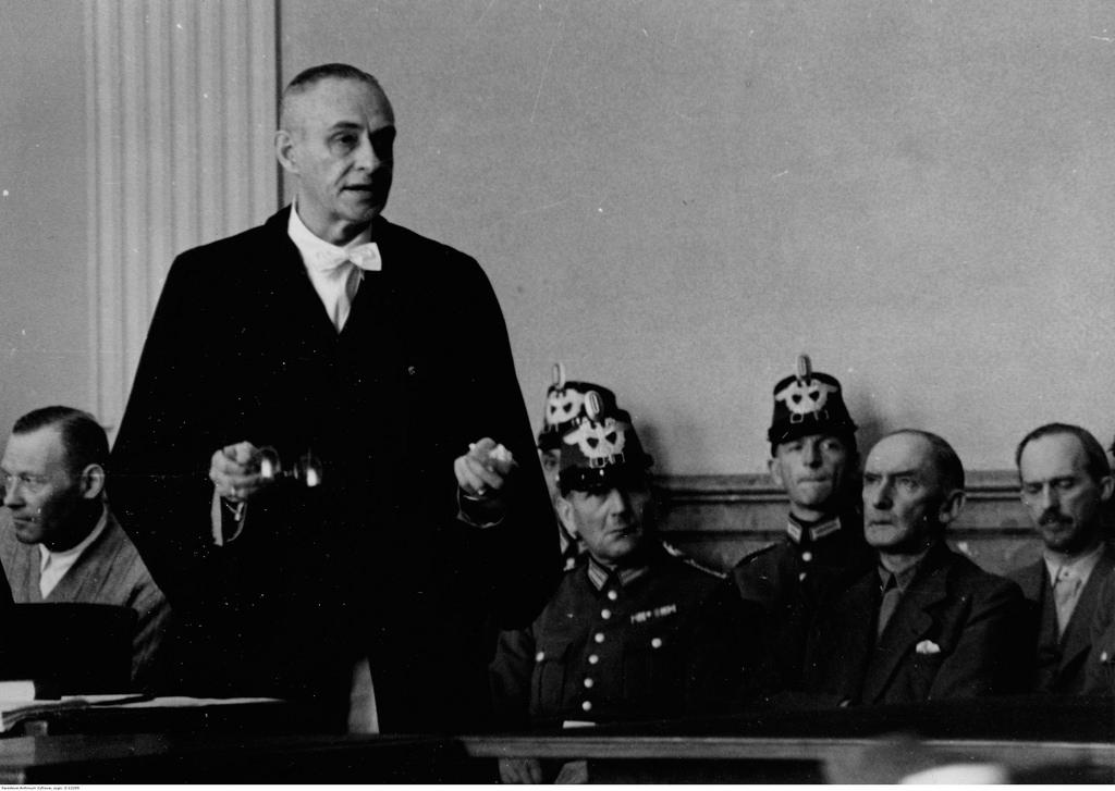 Выступает адвокат ответчика Карла Пауля Эммануила фон Хазе.  На скамейке подсудимых так же Эрвин фон Вицлебен (второй справа) и Эрих Гёпнер (первый слева)