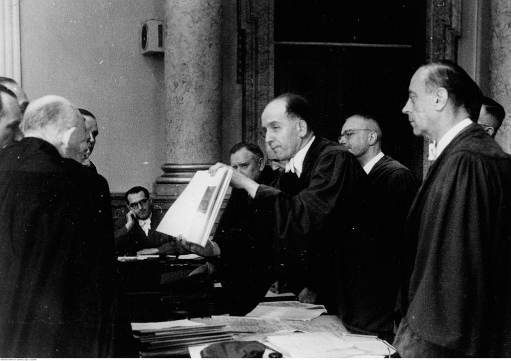 Роланд Фрейслер, президент Народной судебной палаты представляет суду фотографии с места покушения на Адольфа Гитлера