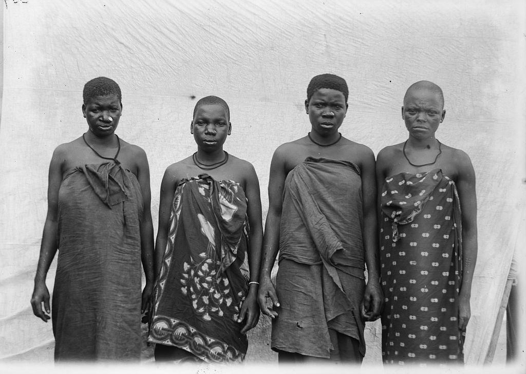 158. Антропометрическое изображение четырех женщин טгуни с дисками в ноce