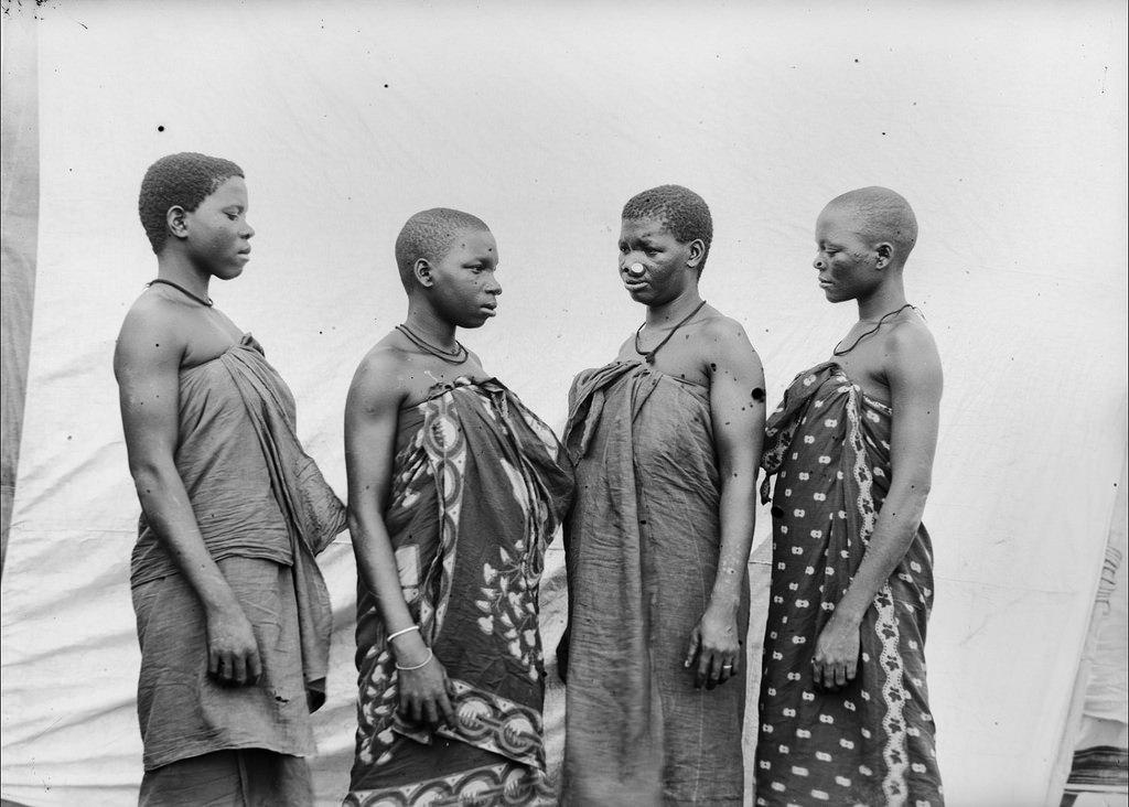 159. Антропометрическое изображение четырех женщин טгуни с дисками в ноce