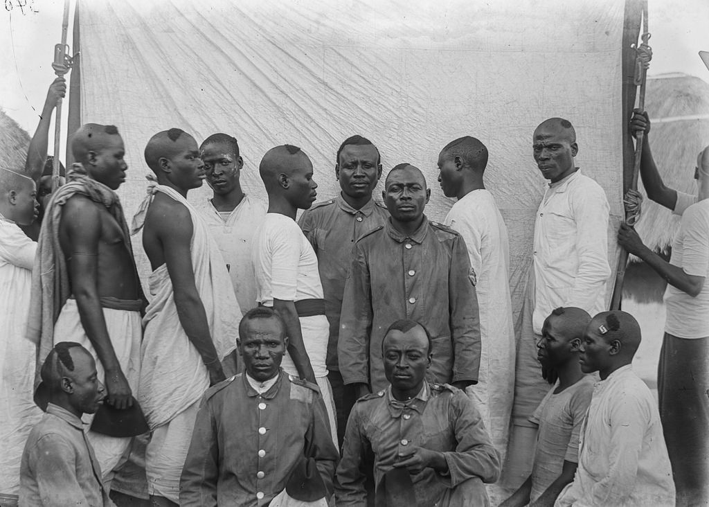 160. Групповой портрет колониальных солдат и носильщиков