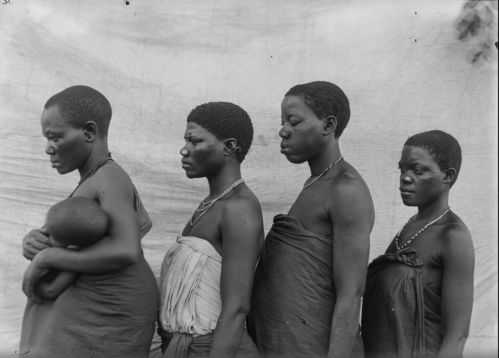 165. Антропометрическое изображение четырех женщин טгуни с ребенком