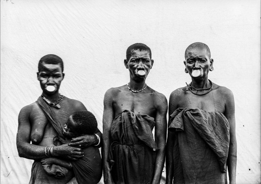 167. Антропометрическое изображение трех женщин маконде с ребенком