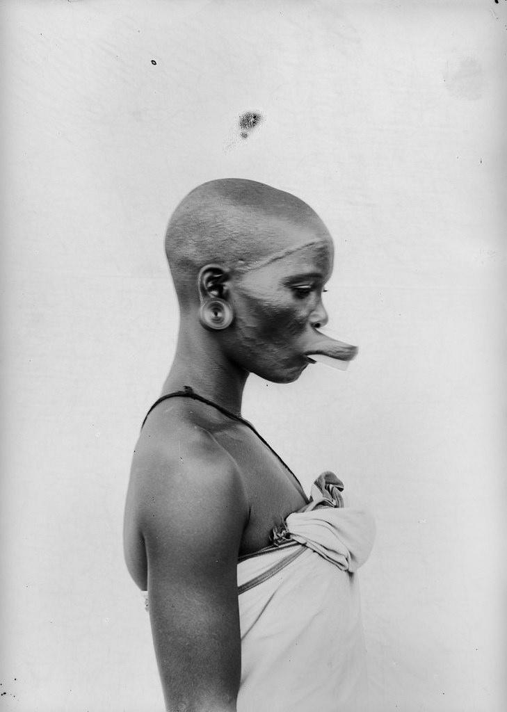 172. Антропометрическое изображение женщины маконде