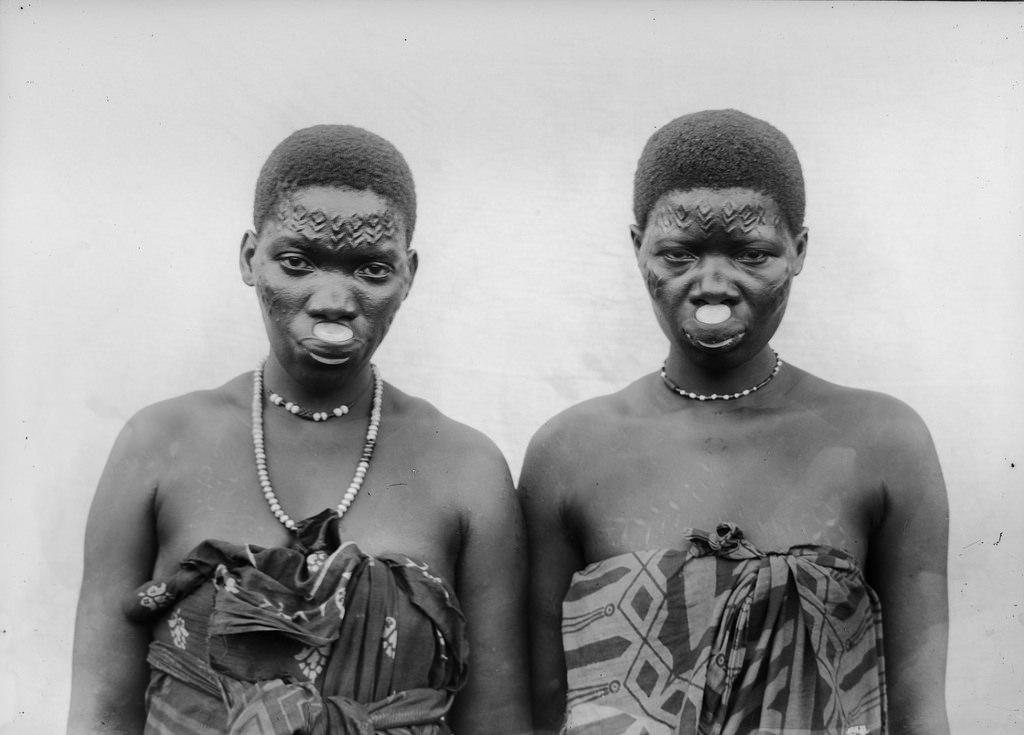 175. Антропометрическое изображение трех женщин макуа с насечками на лбу