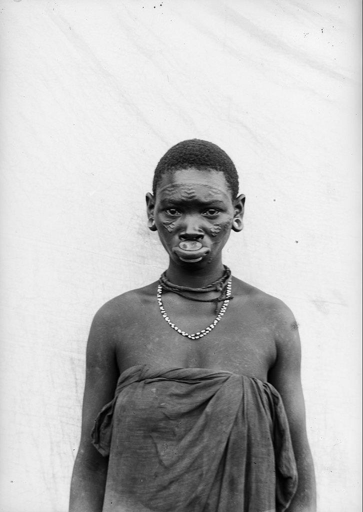 176. Антропометрическое изображение женщины маконде
