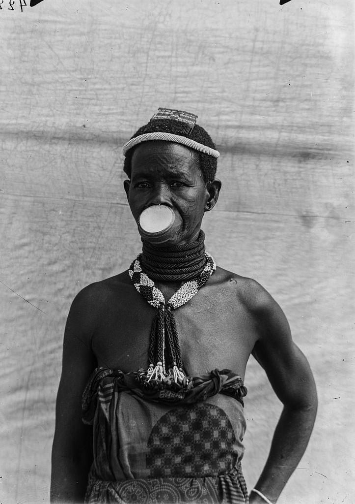 182. Антропометрическое изображение женщины маконде