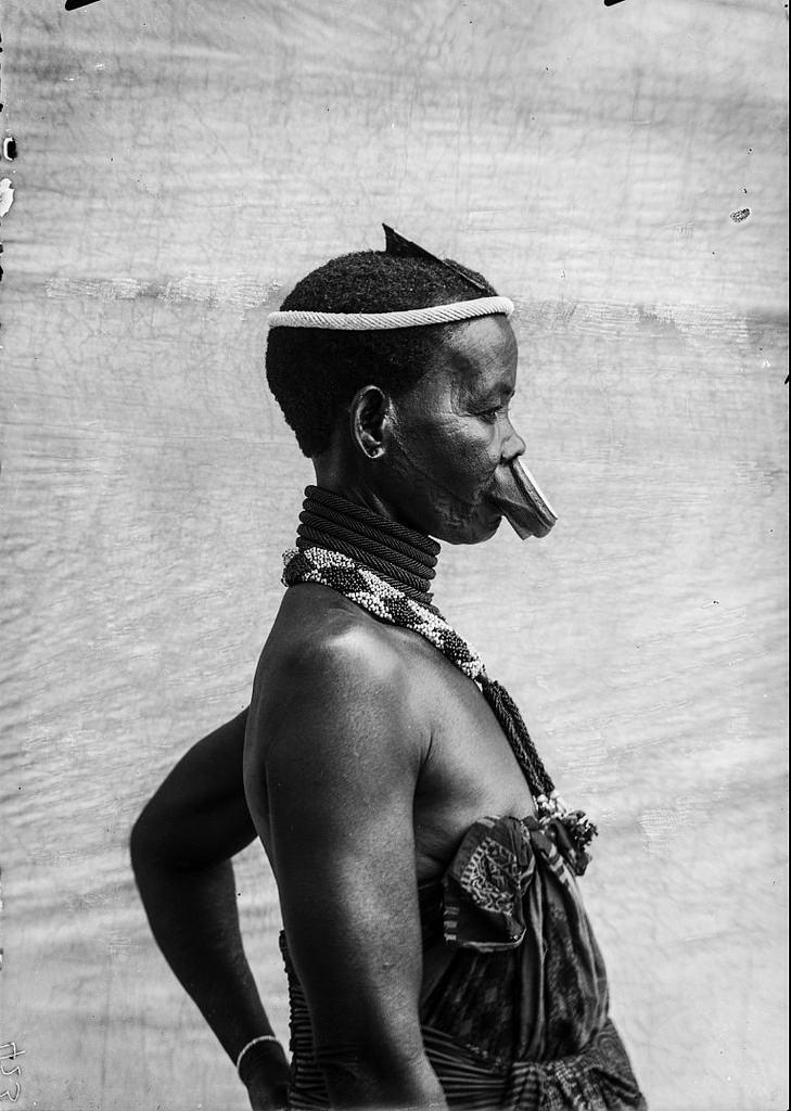 183. Антропометрическое изображение женщины маконде