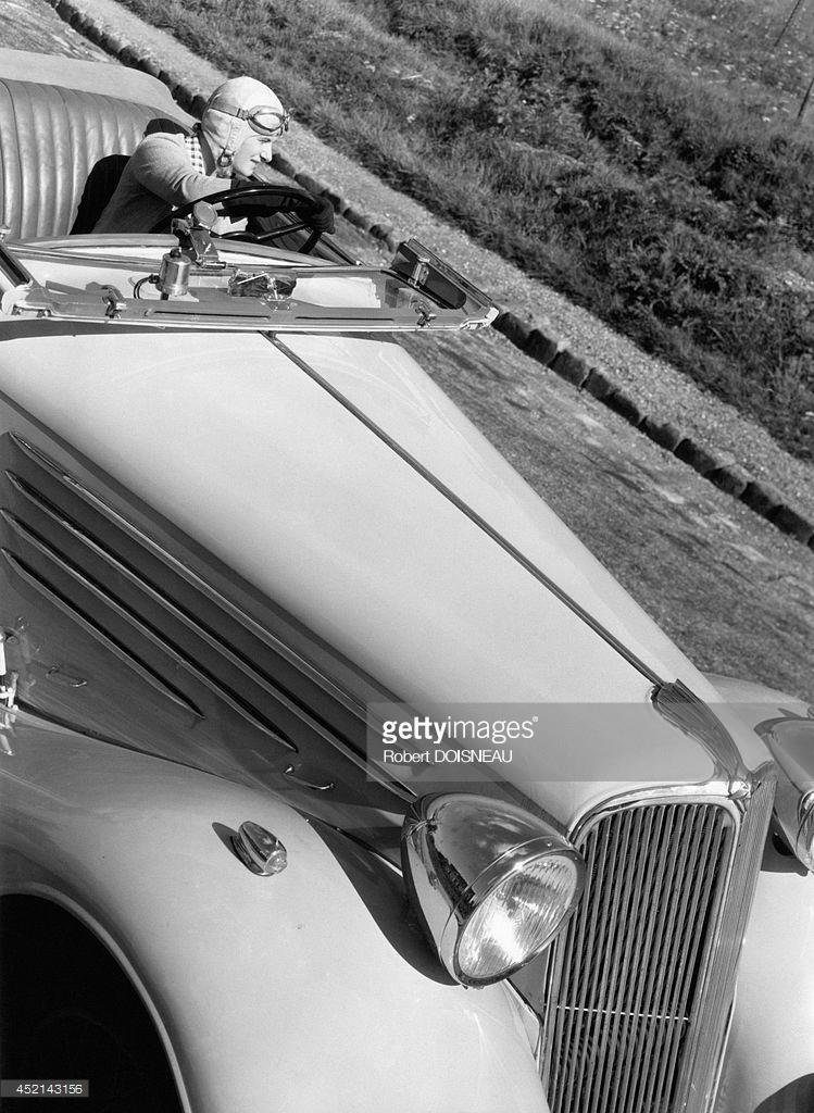1934. Французская гонщица Элен Буше за рулем Renault Viva Sport