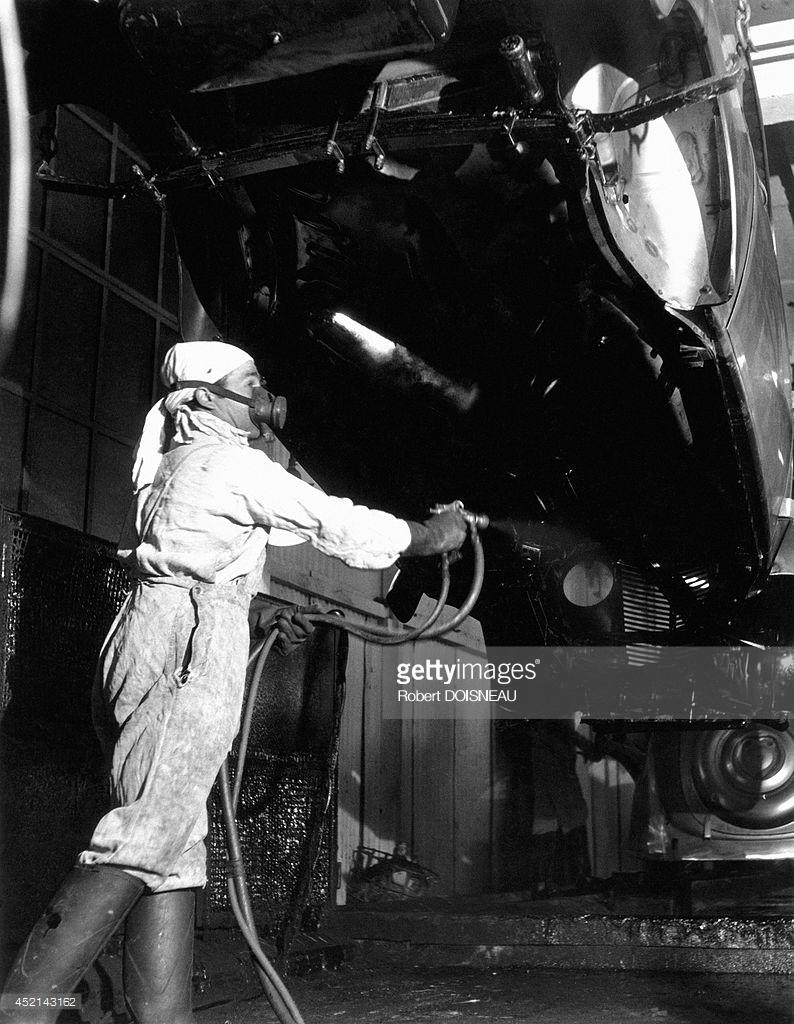 1945. Покраска кузова автомобиля на заводе Рено