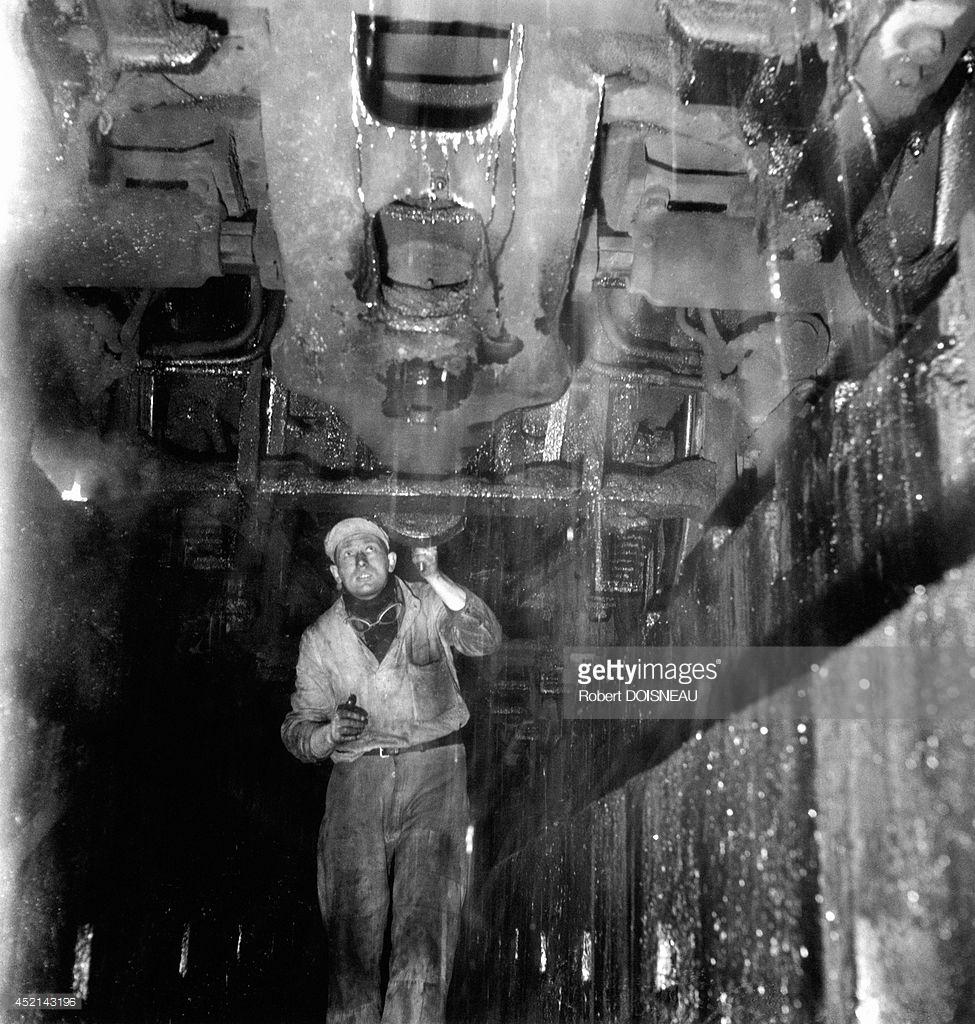 1946. Человек, работающий в ремонтной мастерской железной дороги в Вильнёв-Сен-Жорж