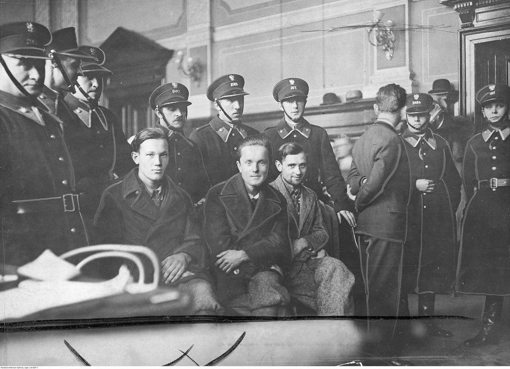 Ответчики в зале суда под охраной полицейских.  Дмитрий Данилишин, Василий Билас и Мариян Жураковский