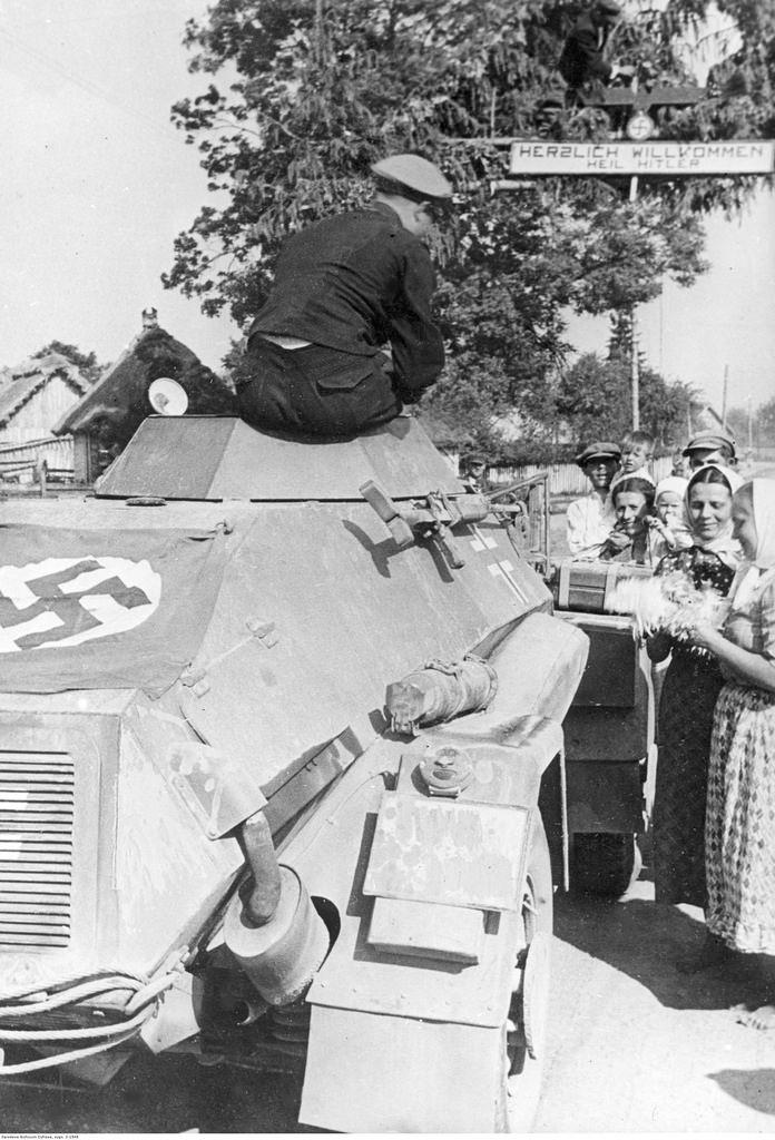 1941.  Украинские женщины вручают цветы немецким солдатам. Июнь