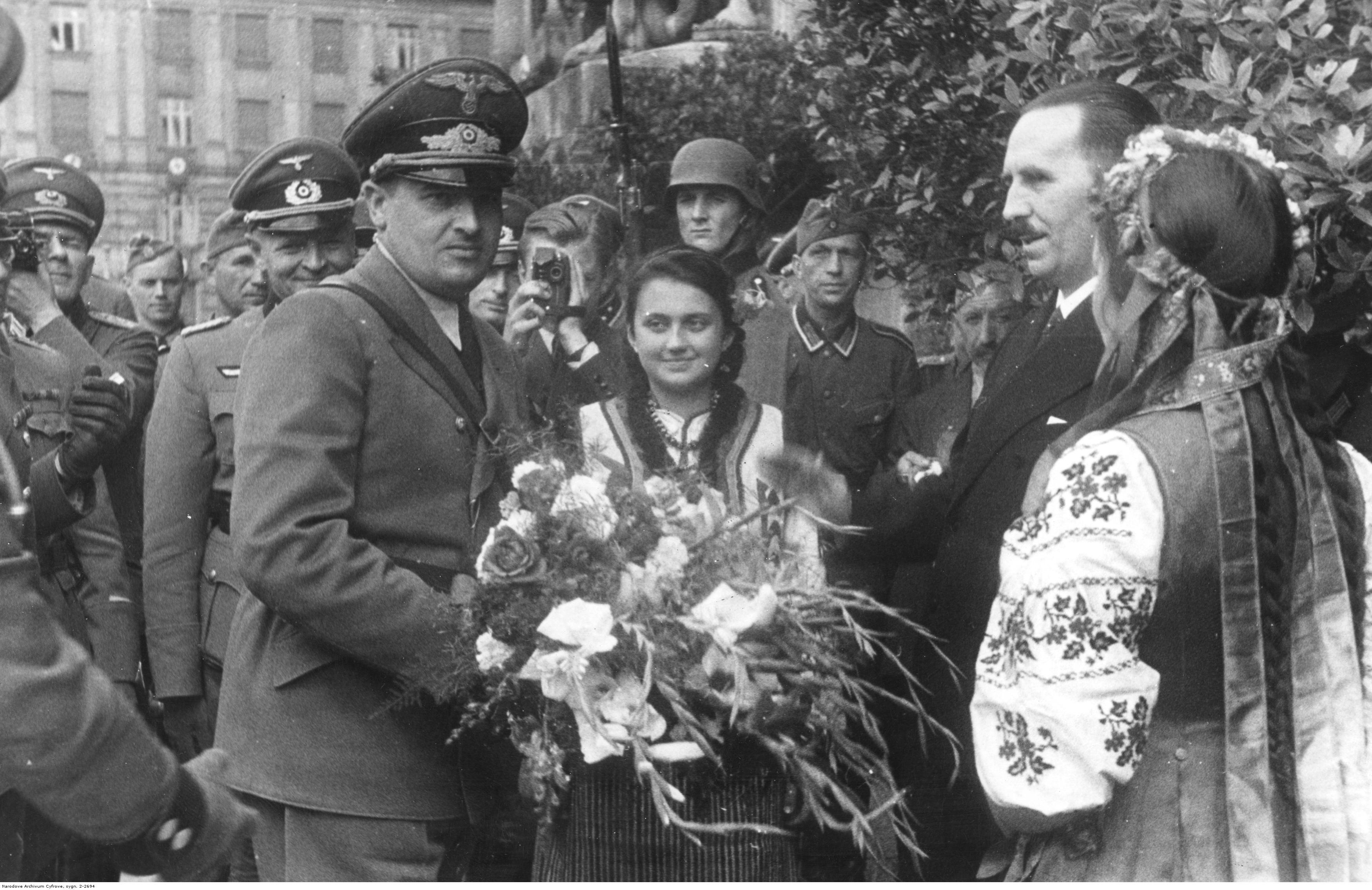 1941. Делегация во главе с мэром Львова приветствует генерал-губернатора Ганса Франка хлебом-солью. 1 августа