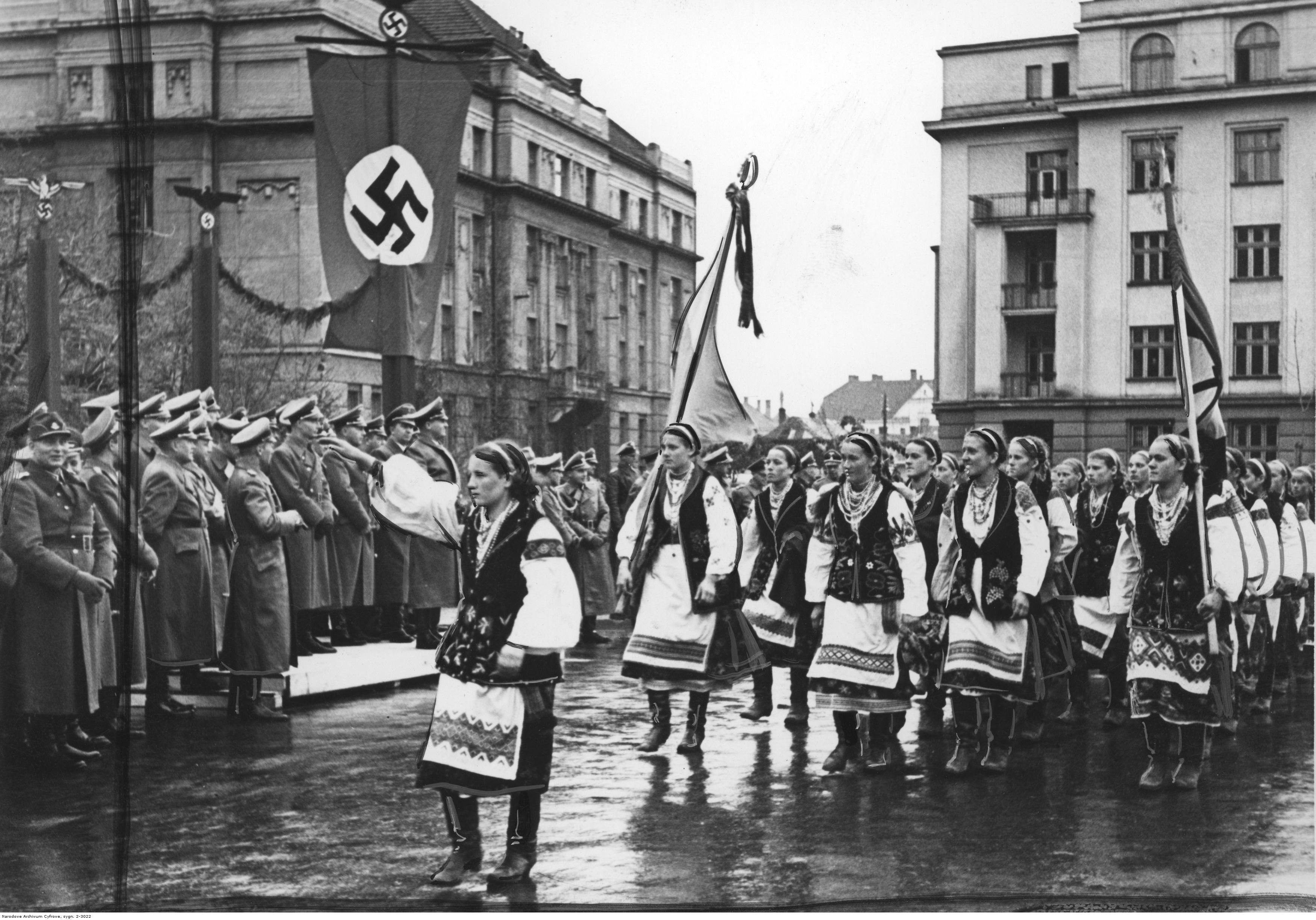 1941. Станислав. Генерал-губернатор Ганс Франк принимает парад украинской молодежи. Октябрь.
