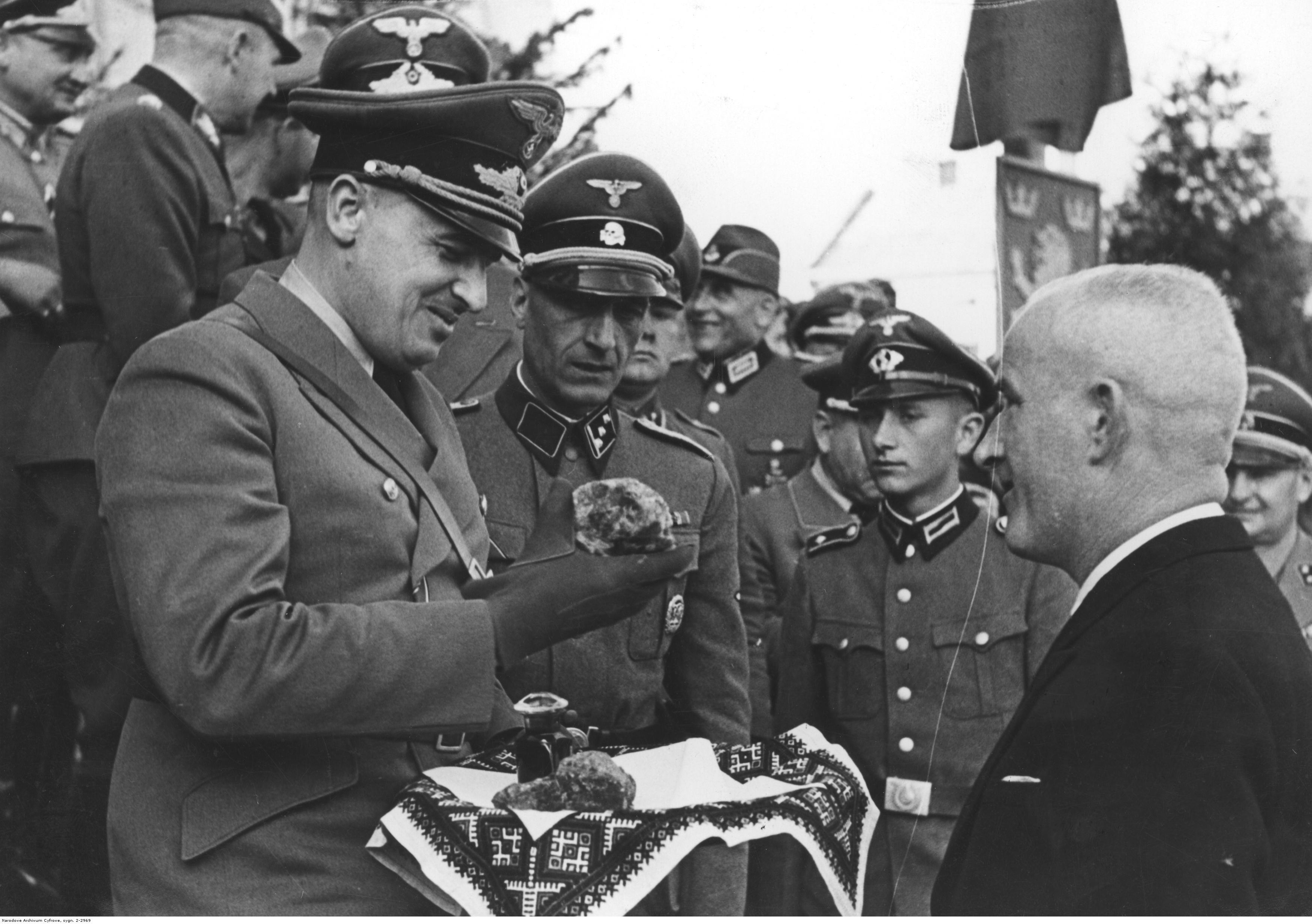 1941-1944. Украинское население Дрогобыча приветствует генерал-губернатора Ганса Фрэнка во время инспекционной поездки