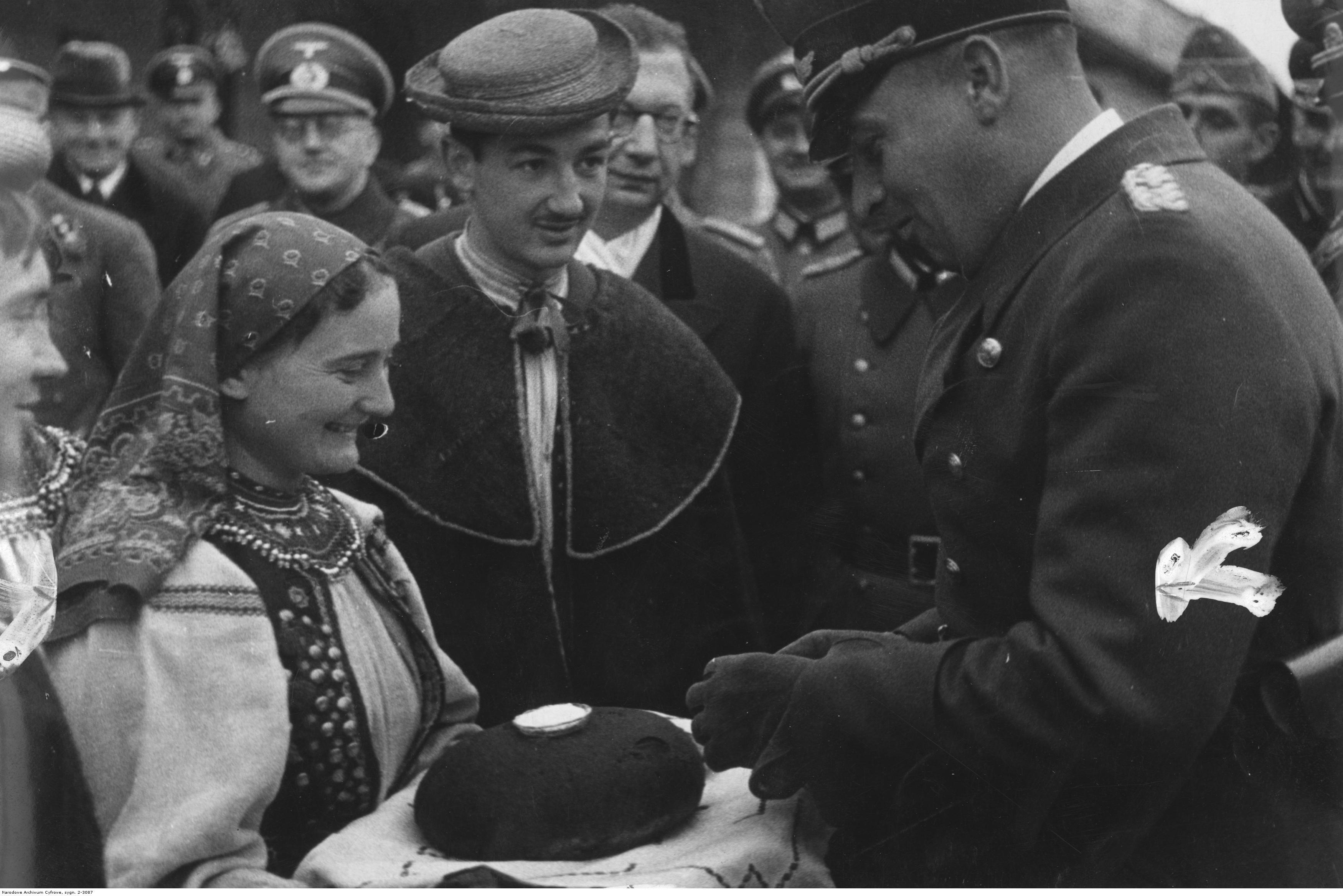 1941-1944. Делегация от украинского населения приветствует генерал-губернатора хлебом-солью