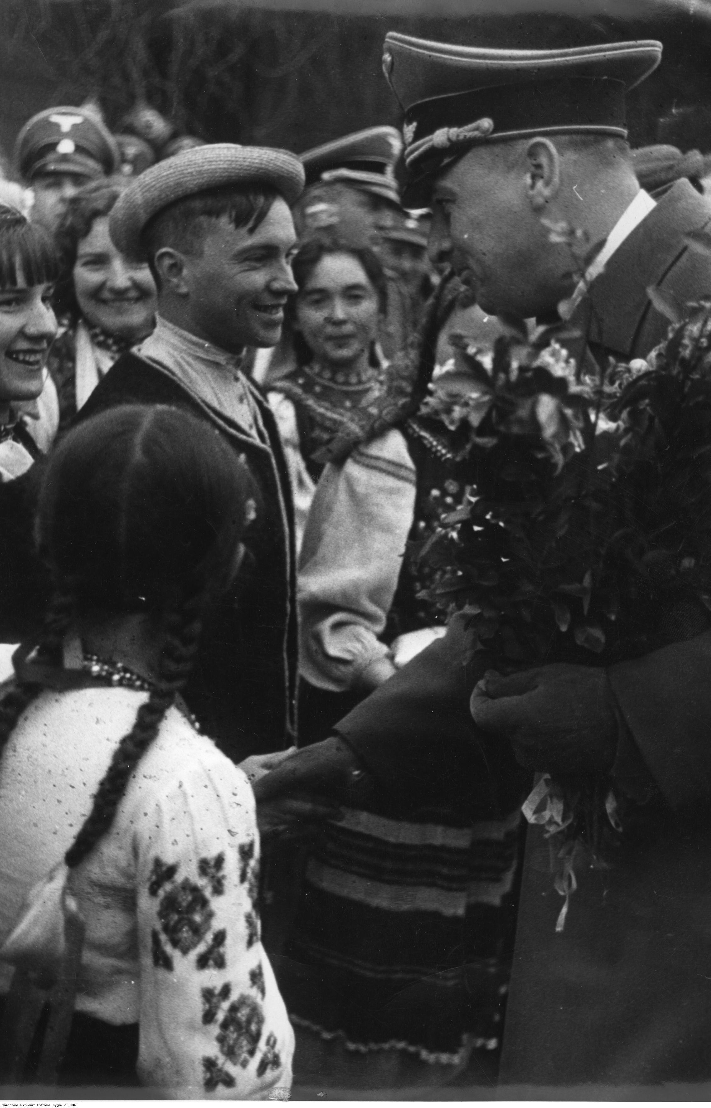 1941-1944. Украинская молодежь в народных костюмах приветствует генерал-губернатора Ганса Франка, вручая ему цветы