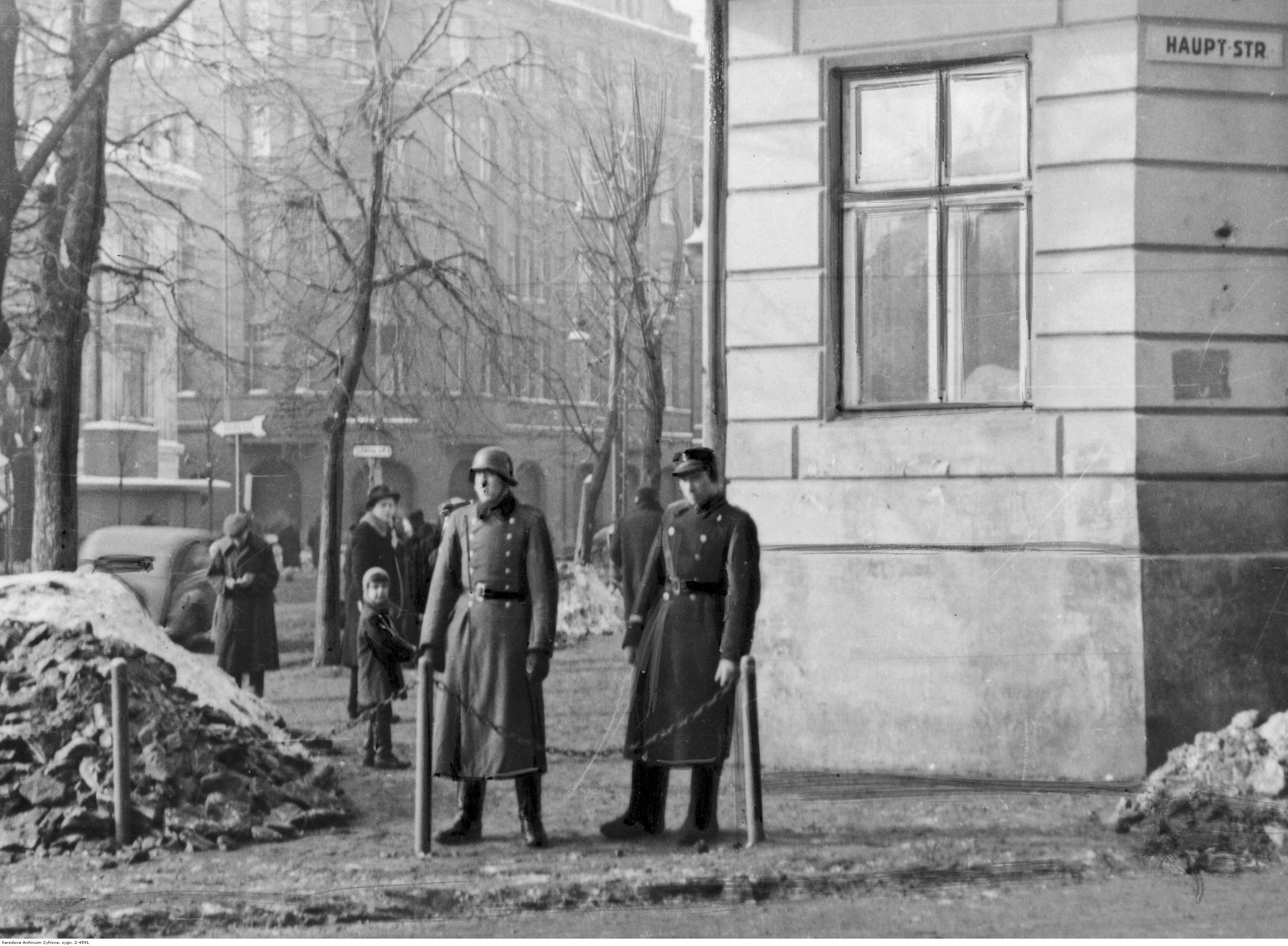 1942. Немецкий и украинский полицейские на пересечении улиц во Львове. Февраль