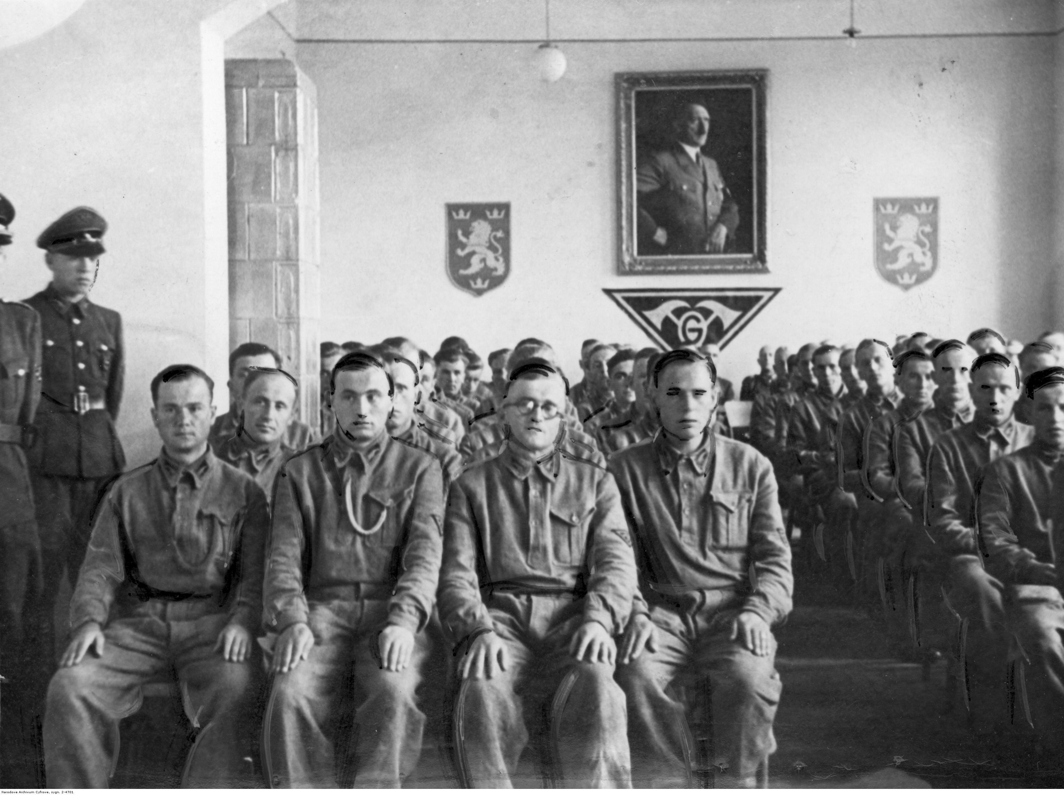 1943.  Украинские строители во время лекции