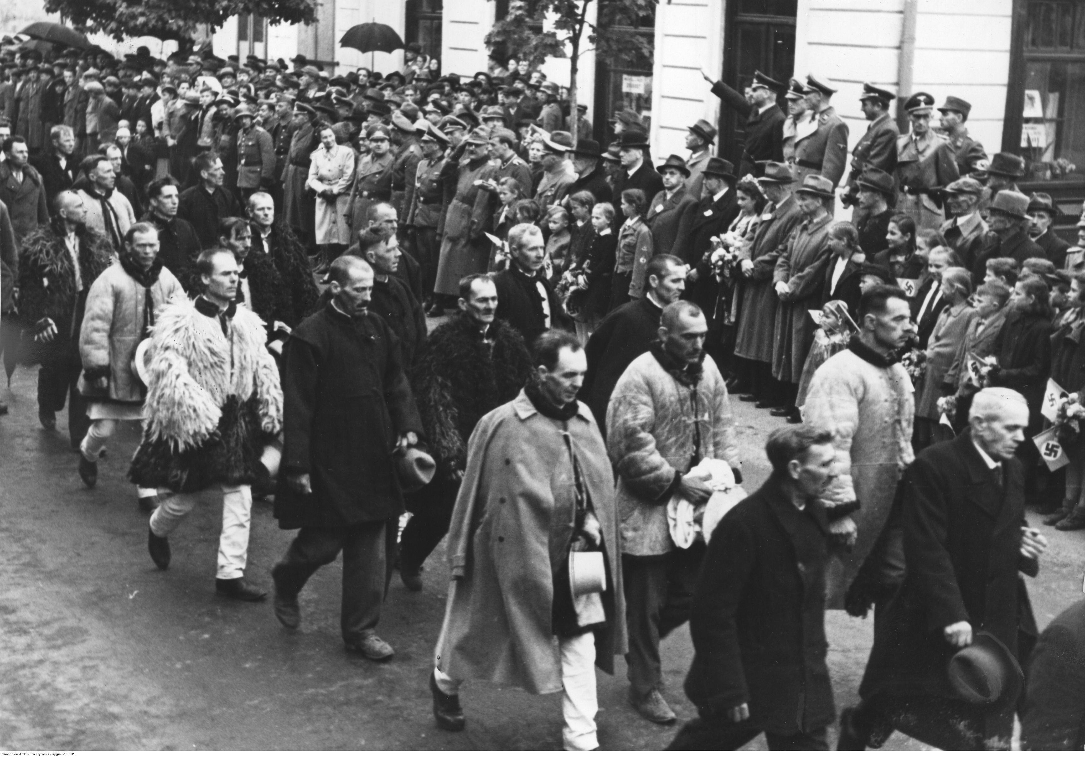 1943. Марш украинских крестьян по случаю прибытия генерал-губернатора Ганса Франка. Май