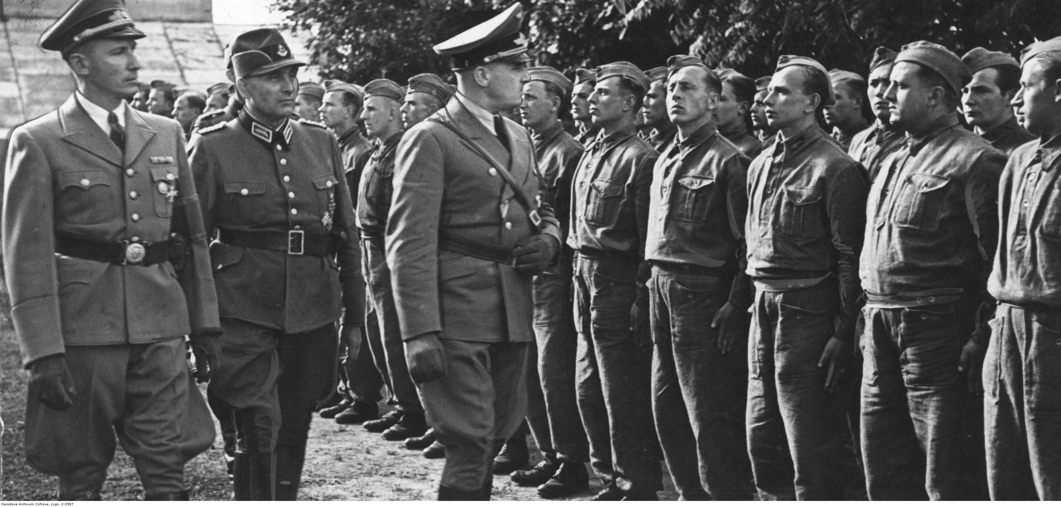 1943. Ганс Франк (третий слева) инспектирует украинский филиал строительной службы во время визита во Львов. Июнь