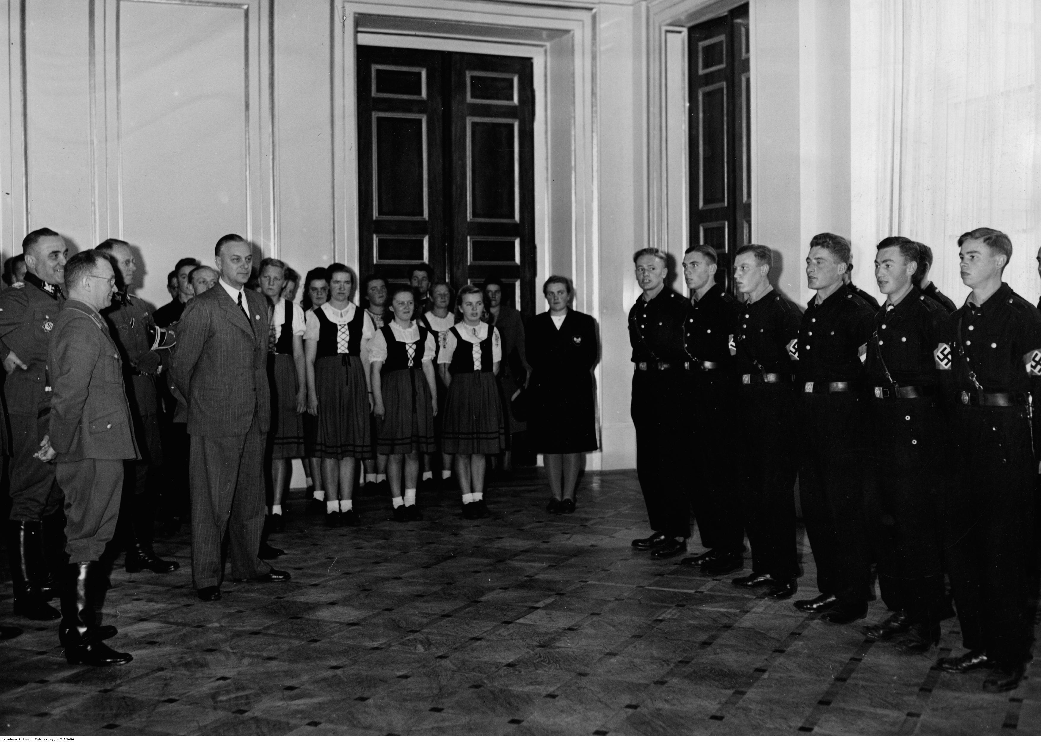 1943. Молодежь Украины и Литвы исполняет народные песни во время визита Альфреда Розенберга. Октябрь