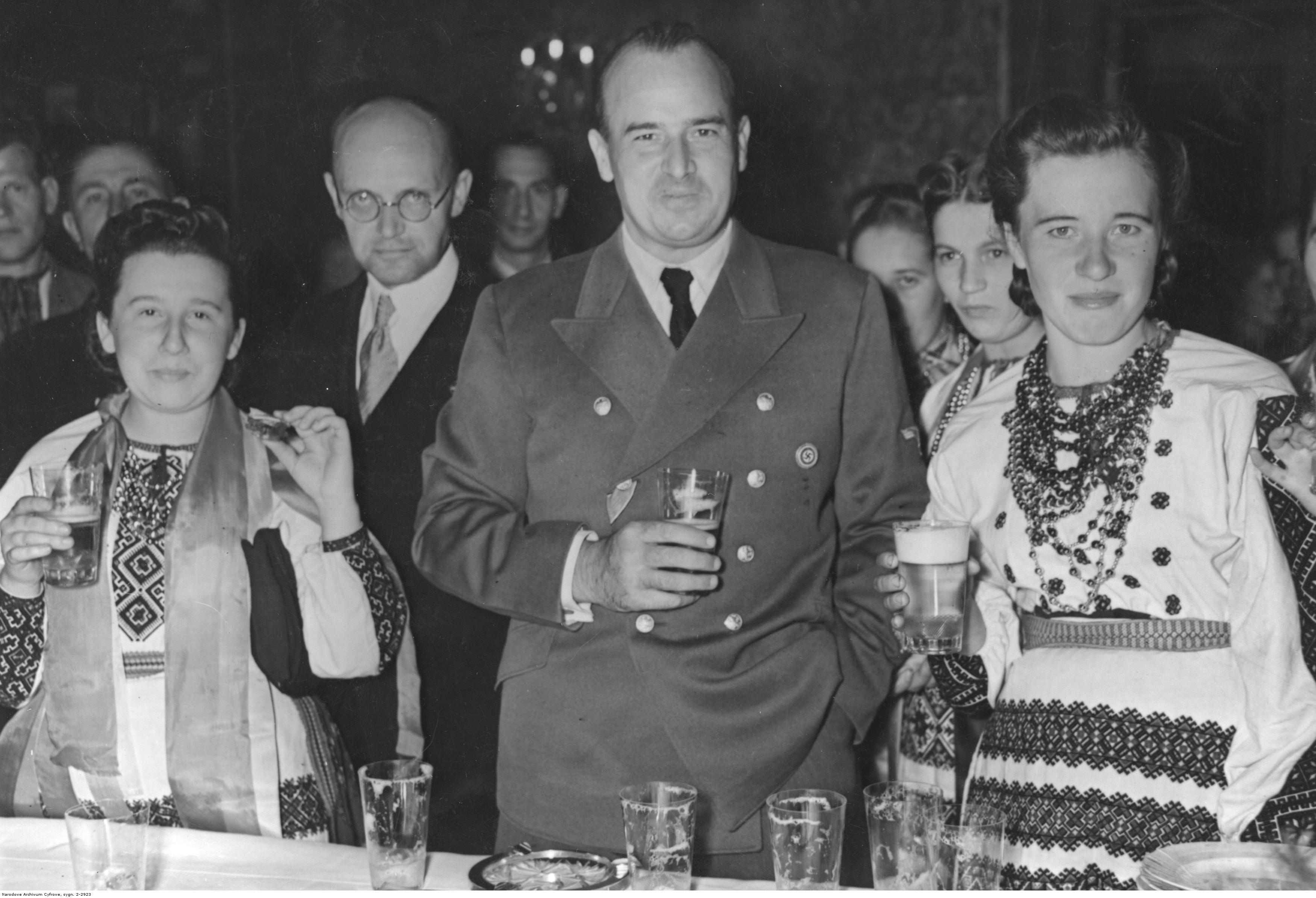 1943. Фестиваль урожая в Королевском замке в Кракове. Генерал-губернатор Ханс Франк за столом с членами украинской делегации. 24.10